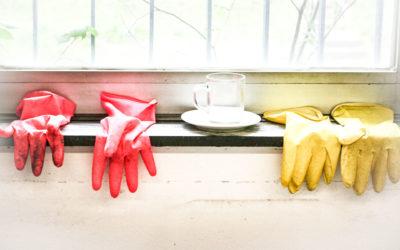 Person reinigt eine Glasscheibe