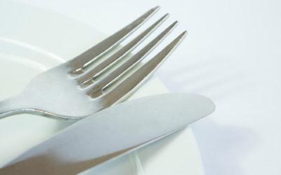 Messer und Gabel auf einem Teller